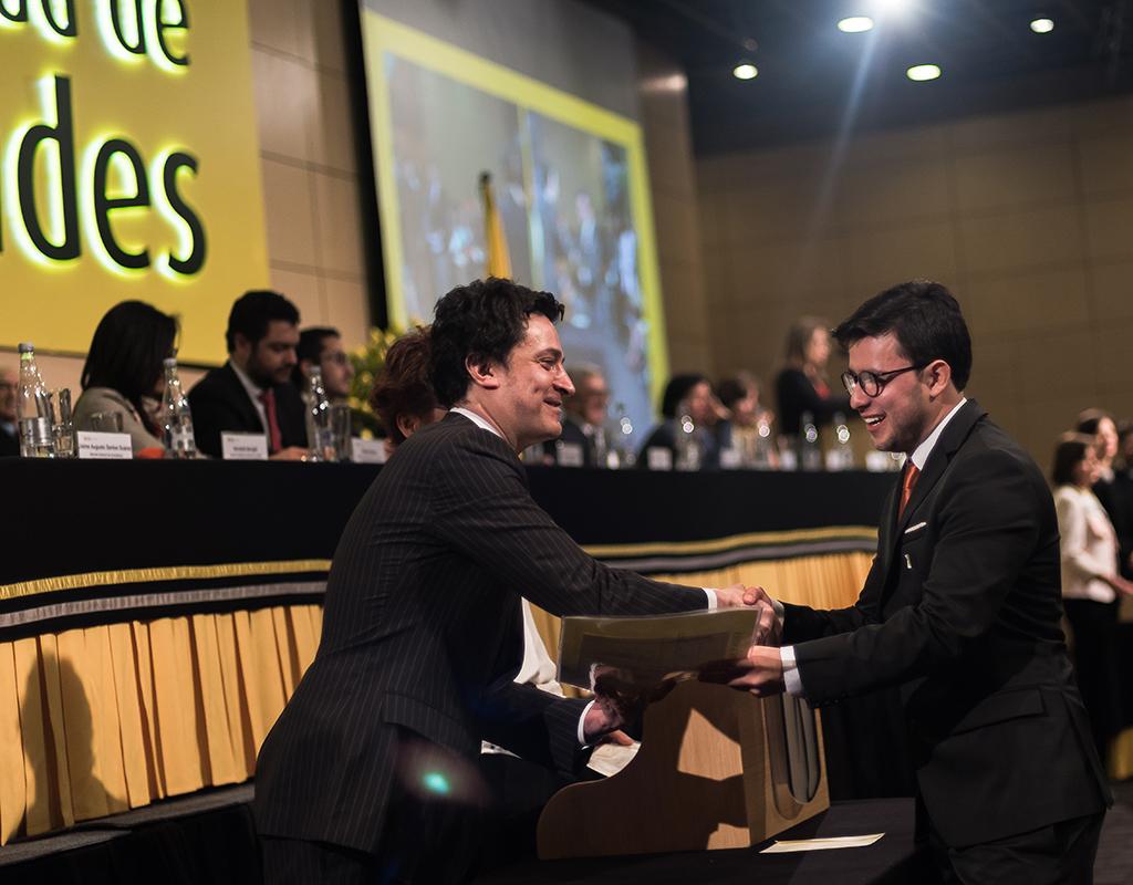 Estudiante de la Universidad de los Andes recibiendo su diploma de grado