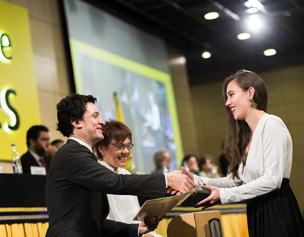 Graduanda de la Universidad de los Andes recibiendo diploma de grado