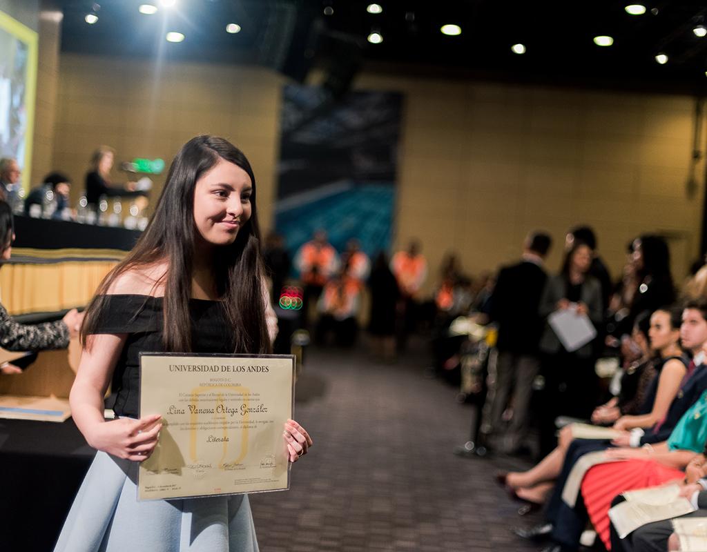Joven de la Universidad de los Andes recibiendo diploma de grado