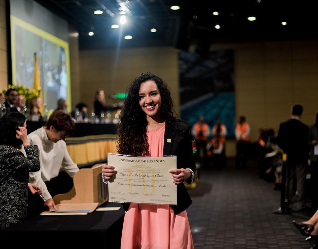 Graduanda con su diploma luego de recibir título profesional