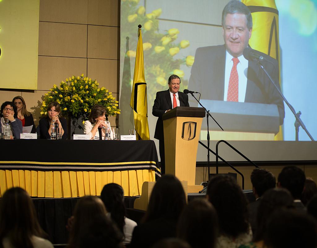 Rector Pablo Navas ofrece discurso a graduandos