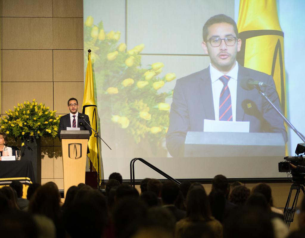 Graduando ofrece discurso de grado