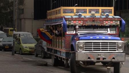 Chiva con banderas de la Colombia hace parte de iniciativa de estudiantes de Diseño