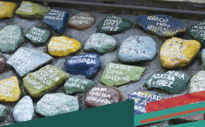 Rocas pintadas con el nombre de personas con un título que dice: Grabados como en la roca