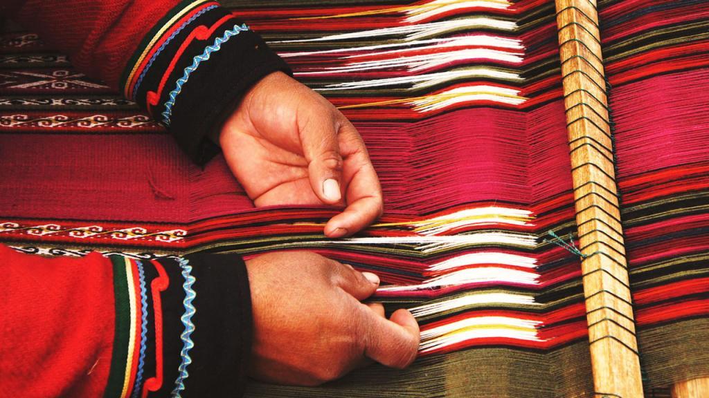 Primer plano de manos tejiendo