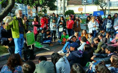Foto del profesor Juan Camilo Cárdenas durante su clase en la calle