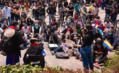 Reunión de personas en la calle