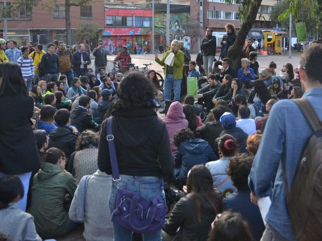 Foto del profesor Juan Camilo Cárdenas durante su clase a la calle