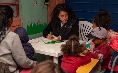 Foto de una familia venezolana es atendida por una estudiantes de la Clínica Jurídica