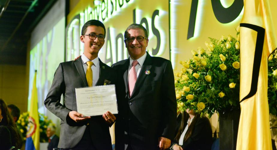 El egresado uniandino Sergio Yodeb Velásquez Yepes junto con el rector de la Universidad, Pablo Navas.