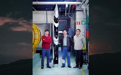 Tres hombres rodean un cohete