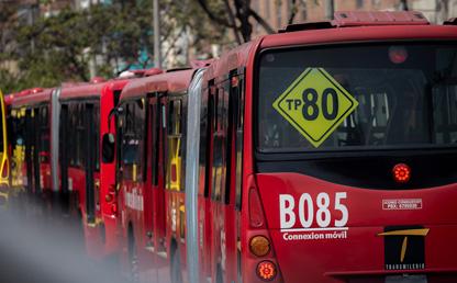 Buses de Transmilenio en fija