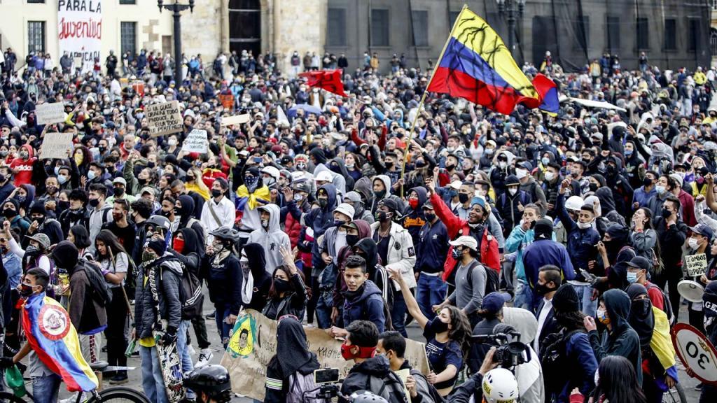 Hombres y mujeres en una marcha en la Plaza de Bolívar.