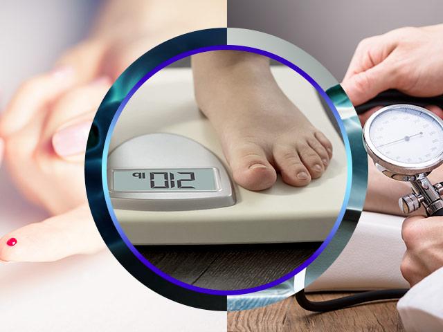 Prueba de azúcar con glucómetro, persona pesándose en váscula y toma de tensión arterial
