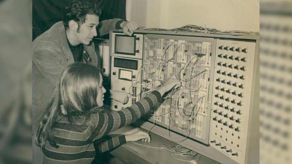 Computador analógico TR-48. Laboratorio de Ingeniería Electrónica, Universidad de los Andes. Década de los 60.
