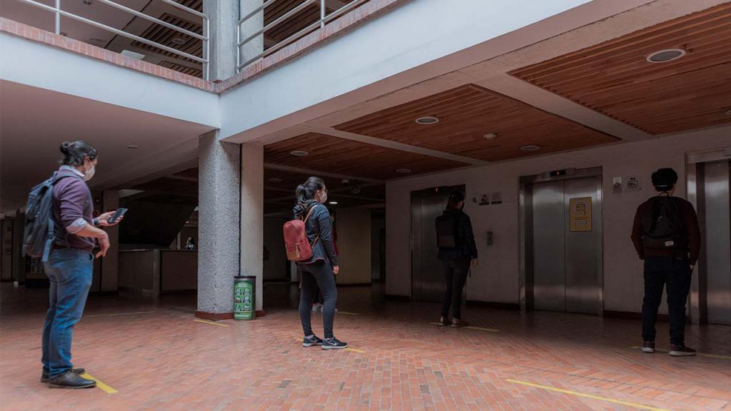 Foto de jóvenes haciendo fila para ingresar a los ascensores.