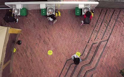 Foto de los lavamanos en una entrada de Uniandes