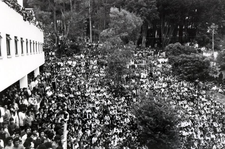 imagen de multitud en una media luna en concierto de mercedes sosa