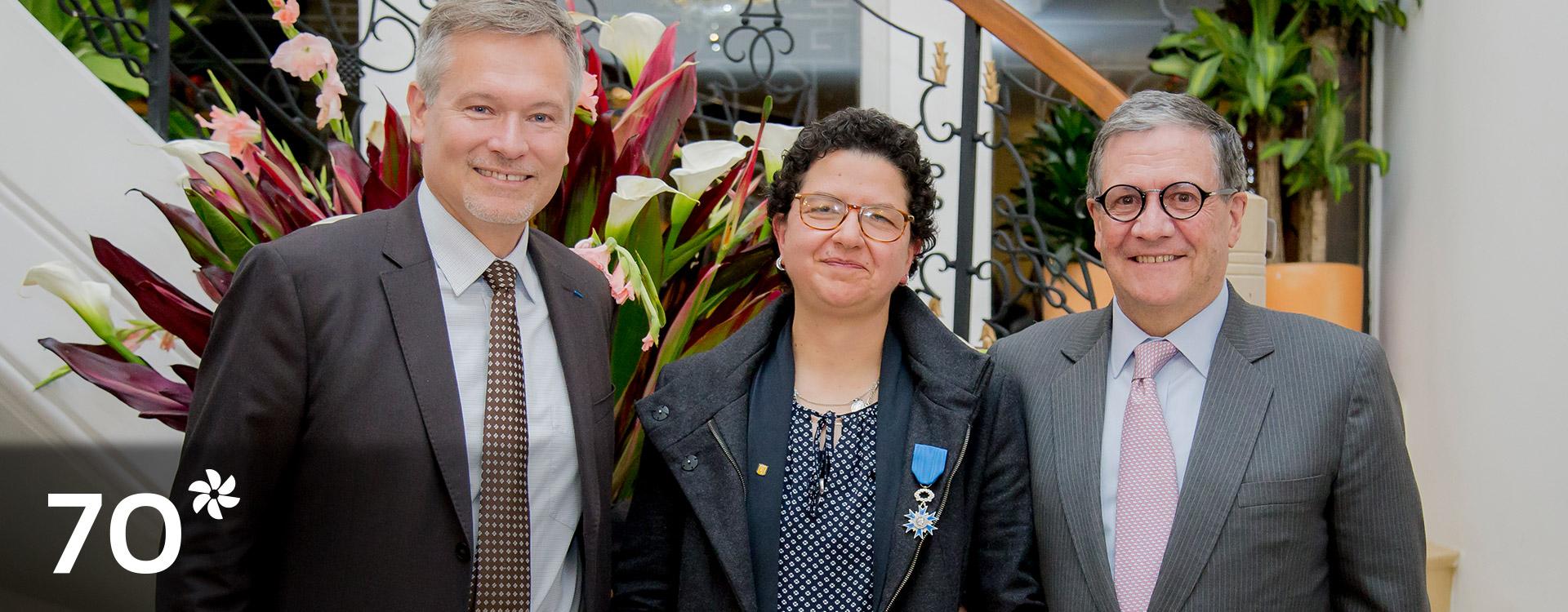 Silvia Restrepo recibiendo su conmemoración, en compañía del rector de Los Andes, Pablo Navas.