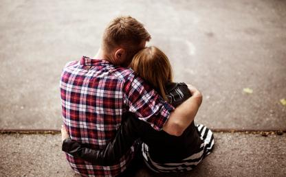 Imagen de una pareja abrazándose