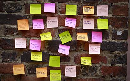 Notas adhesivas con frases en contra del acoso, maltrato y discriminación