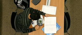 Consulta en sala Biblioteca Universidad de los Andes
