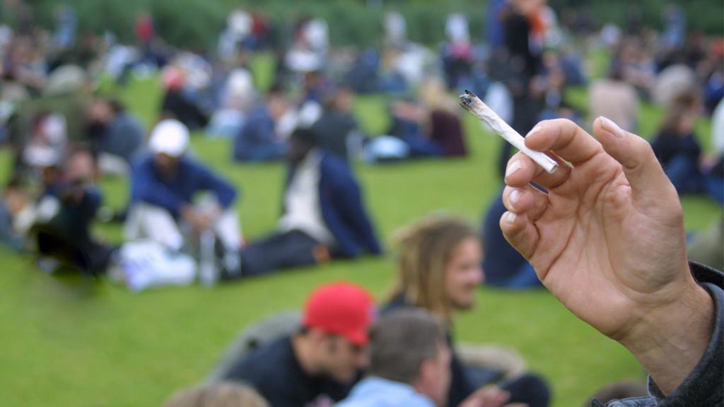 Análisis sobre los impactos del consumo de alcohol y drogas en lugares públicos.