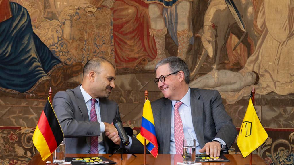 Joybrato Mukherjee, rector de la Universidad Justus Liebig de Giessen de Alemania y Pablo Navas, rector de la Universidad de los Andes