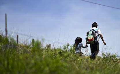 Imagen de niños de colegio caminando tomados de la mano