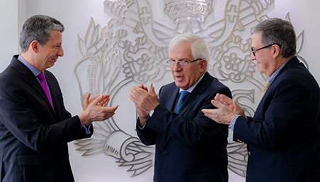 Imagen de Alejandro Cheyne, Jorge Humberto Peláez, Pablo Navas celebrando la firma del acuerdo.