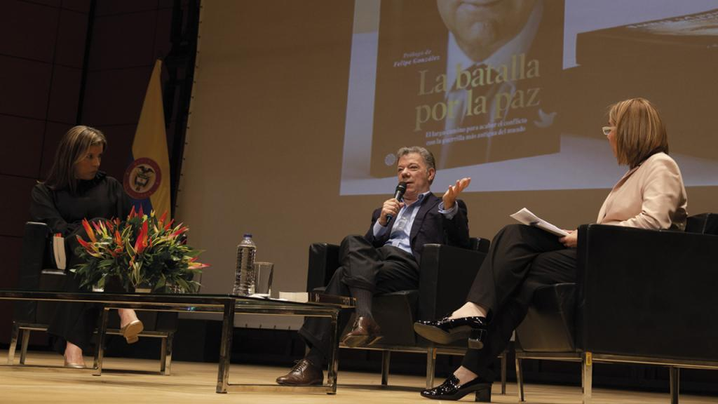 El expresidente Juan Manuel Santos presentando su nuevo libro.