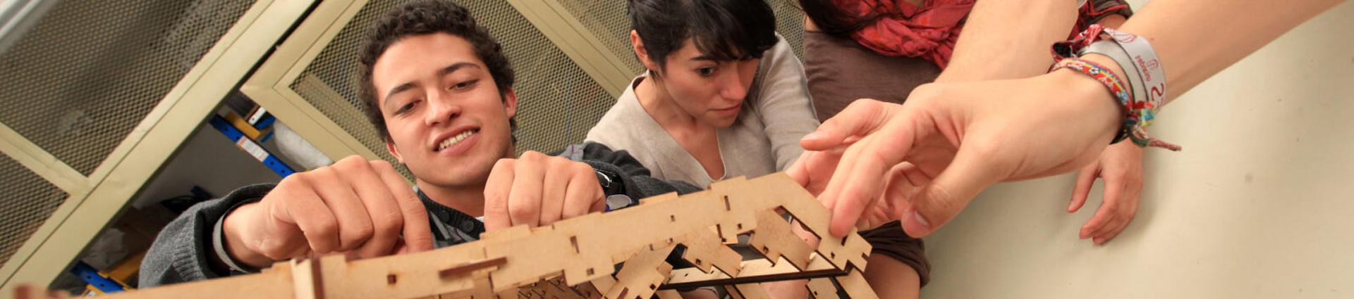 Estudiantes construyen modelo de casa a escala