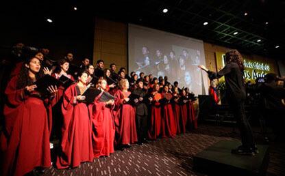 El Coro interpreta himno universidad de los andes