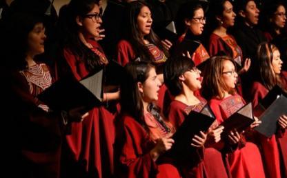 Coro Uniandes interpreta Himno Nacional de la República de Colombia