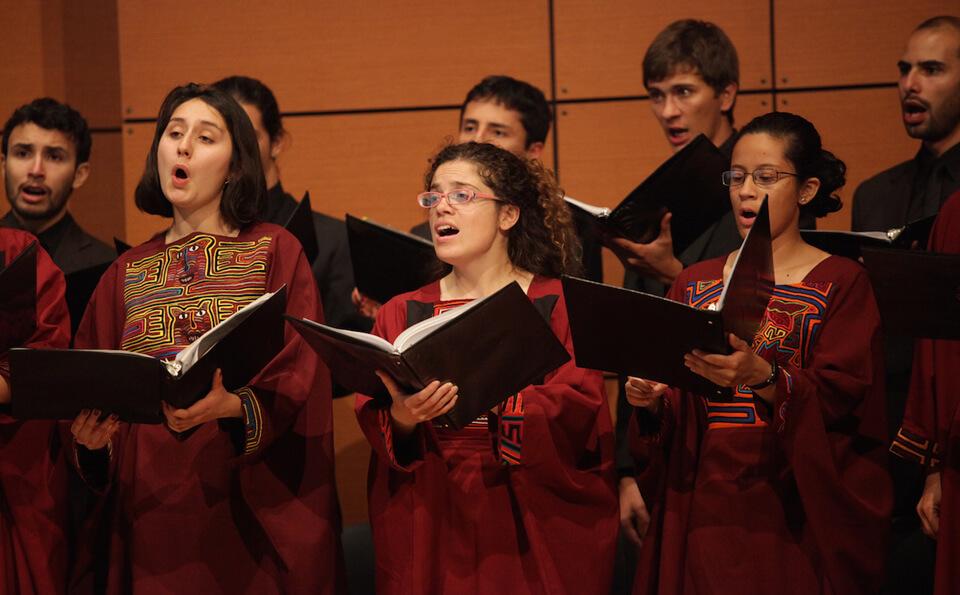 Foto Coro uniandes interpretando himno nacional