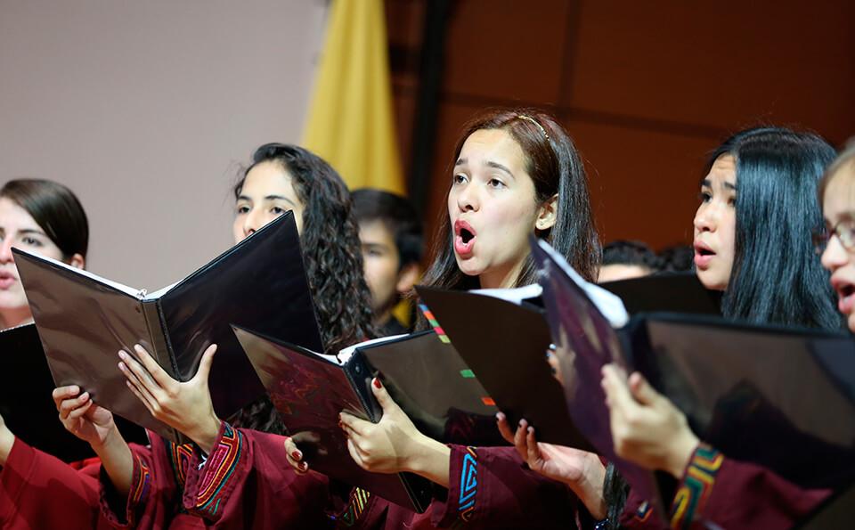 Foto coro unianino en ceremonia de grados