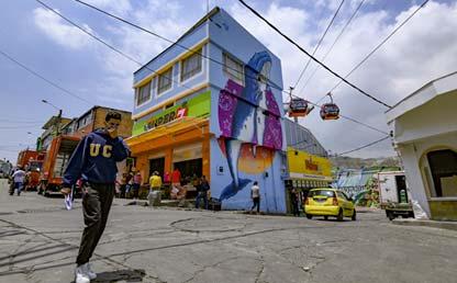 Foto de una persona caminando con tapabocas en Bogotá. Eduardo Behrentz