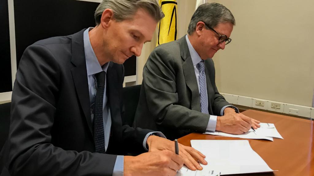 Imagen de Juan Lucas Restrepo, director ejecutivo de la Corpoica, y Pablo Navas, rector de Los Andes, firmando alianza ScienAgro.