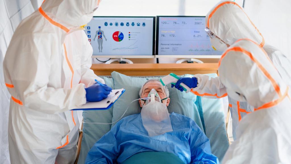 Enfermeros y médicos cuidan a un paciente.