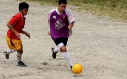 Cristian Moreno juega fútbol en una cancha en Envigado