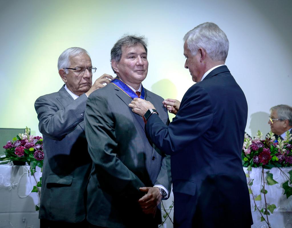 Imposición de una medalla al profesor Juan Saldarriaga