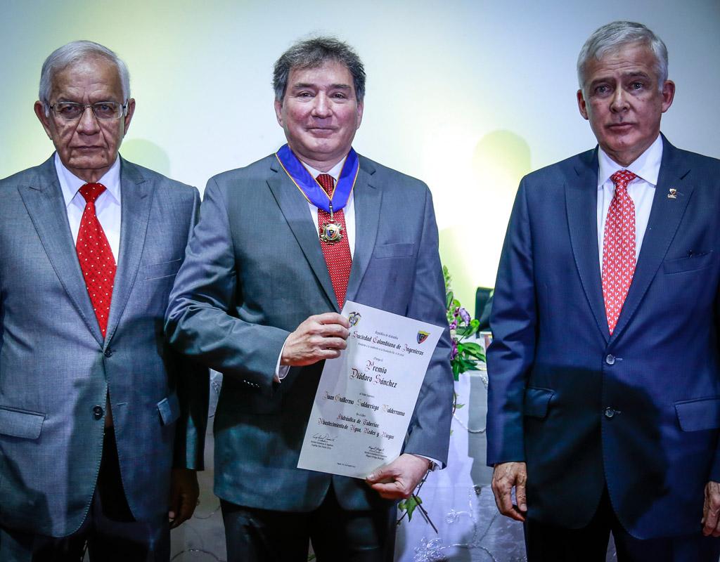Profesor Juan Saldarriaga, con el diploma y acompañado de los directivos de la Sociedad Colombiana de Ingenieros.