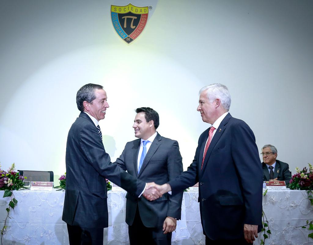 El profesor Juan Carlos Briceño saluda al presidente de la Sociedad Colombiana de Ingenieros.