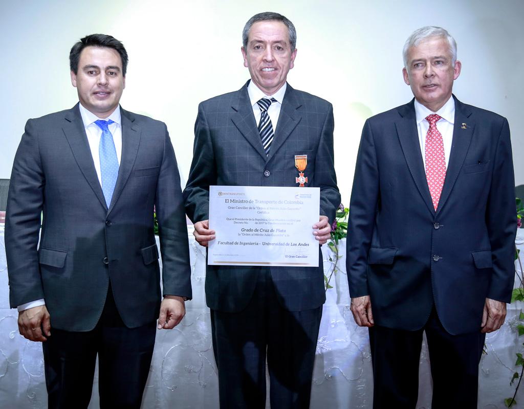 El profesor Juan Carlos Briceño y dos directivos de la Sociedad Colombiana de Ingenieros