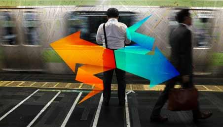 Dos personas caminan en una estación de metro