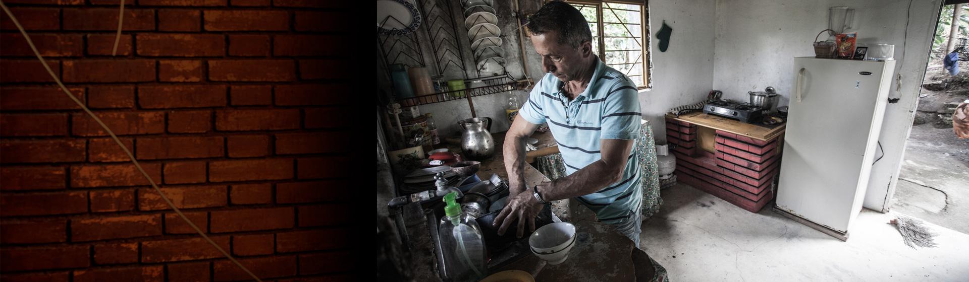Hombre lavando y cocinando.