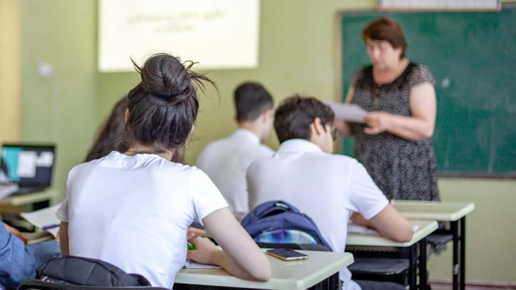 Foto de un maestro en un aula de clase