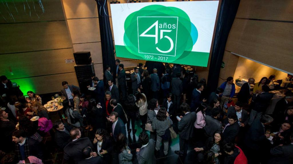 En una pared se ve el logo de los 45 años de la Facultad de Administración de la Universidad de los Andes