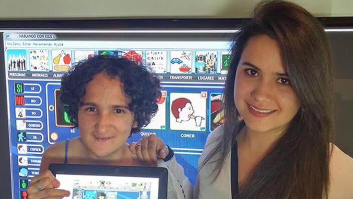 dos mujeres, una sostiene un ipad mostrando la pantalla