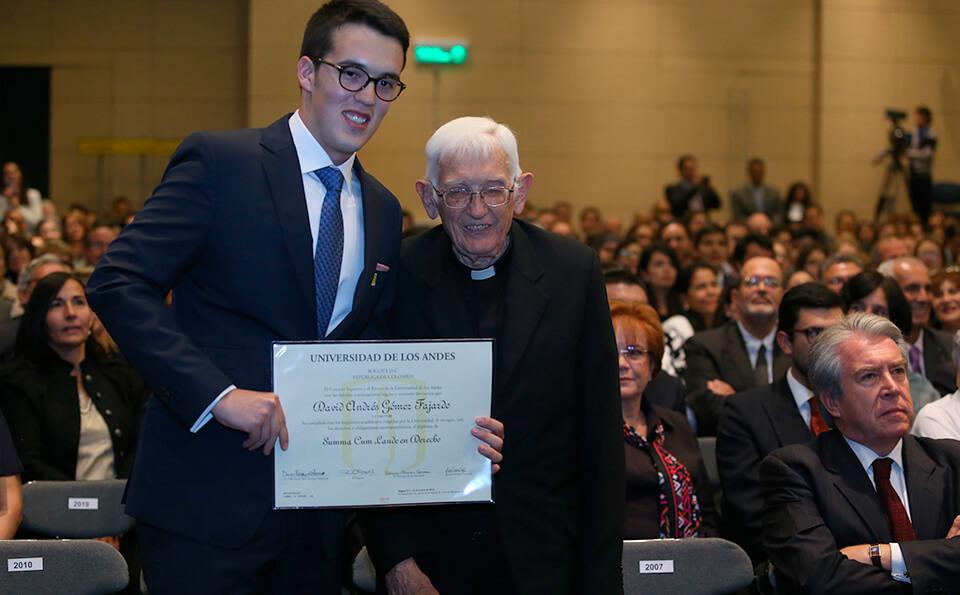 Foto de David Gómez y el Padre Fernan